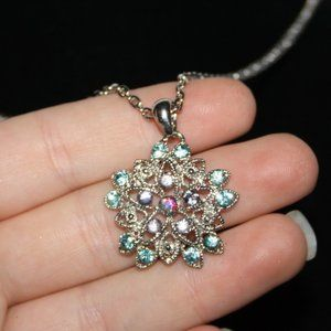 Beautiful silver and rhinestone Nwot necklace